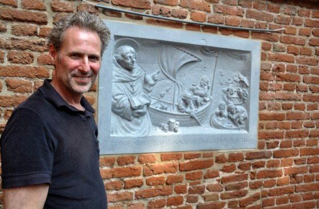 Gevelsteen in Dorrestad met kunstenaar Serge van Druten